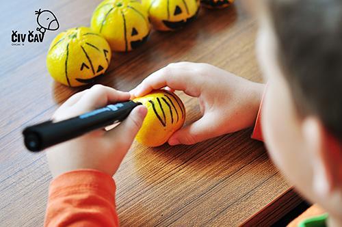 Da dobimo buče mandarine, mandarinam narišemo še navpične črte - civcav.si