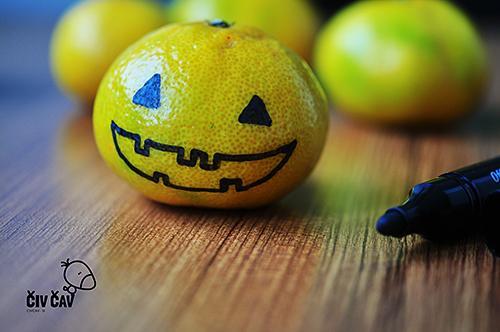 Takole zgleda buča mandarina z narisanimi očmi in nepobarvanimi usti - civcav.si