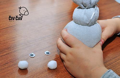Snežak Olaf - pripravimo oči, flomaster, karton, cofke, lepilo - civcav.si