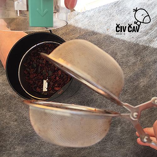 Kako naredimo čokolado - zdrobljena kakavova zrnca stresemo v mlinček