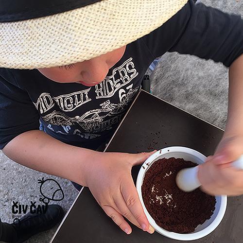 Kako naredimo čokolado - tlačenje kakavovih zrnc z možnarjem