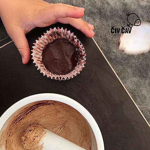 Kako naredimo čokolado - čokolado damo v papirnat lonček