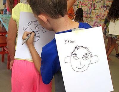 Poletne otroške igre - risanje portretov na hrbet - civcav.si