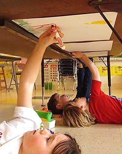 Poletne otroške igre - risanje pod mizo - civcav.si
