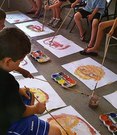 Poletne otroške igre - risanje s podaljšanimi čopiči - civcav.si