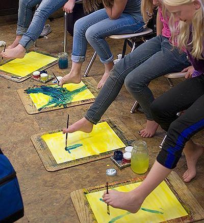 Poletne otroške igre - risanje z nogami - civcav.si