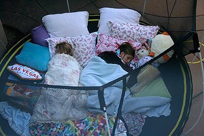 Poletne otroške igre - spanje na trampolinu - civcav.si